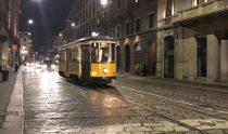 tram notturno in centro a milano